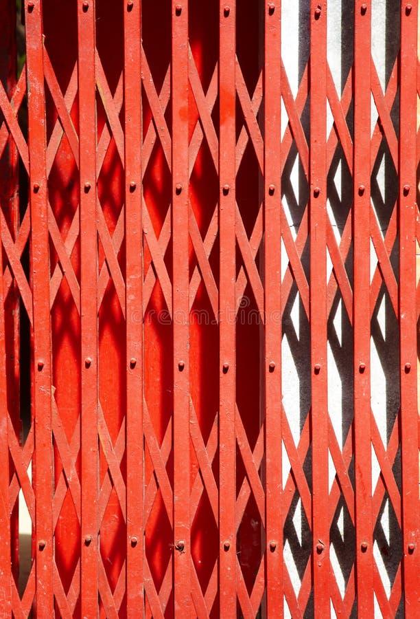 Feche acima da porta vermelha chinesa imagens de stock royalty free