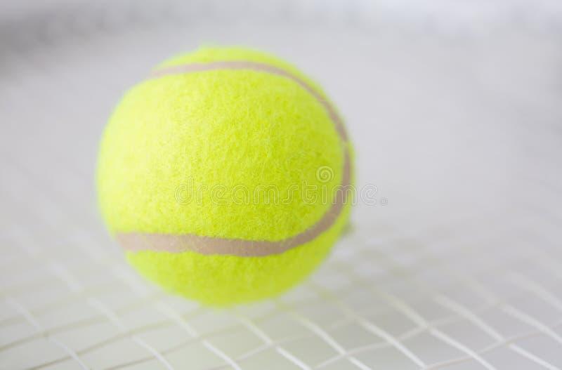 Feche acima da raquete de tênis com bola imagens de stock royalty free