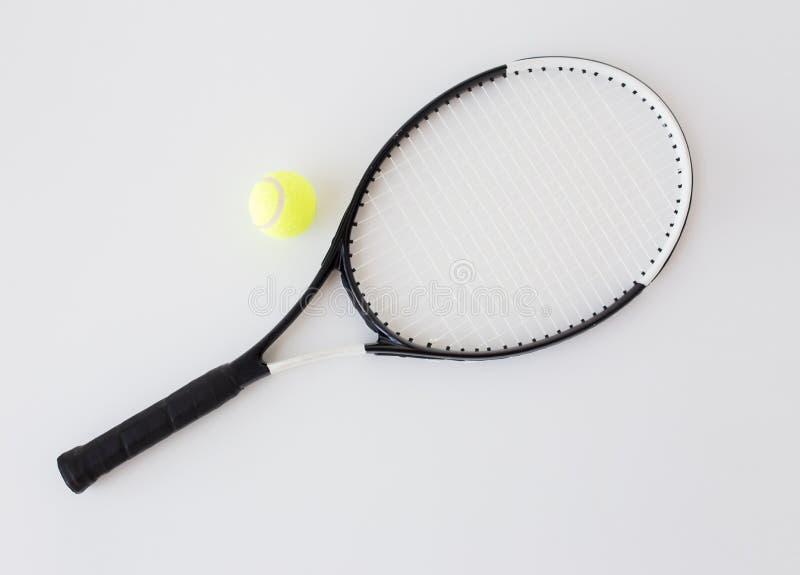 Feche acima da raquete de tênis com bola fotos de stock royalty free