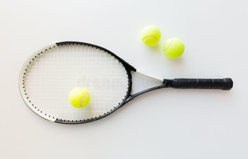 Feche acima da raquete de tênis com bolas imagens de stock