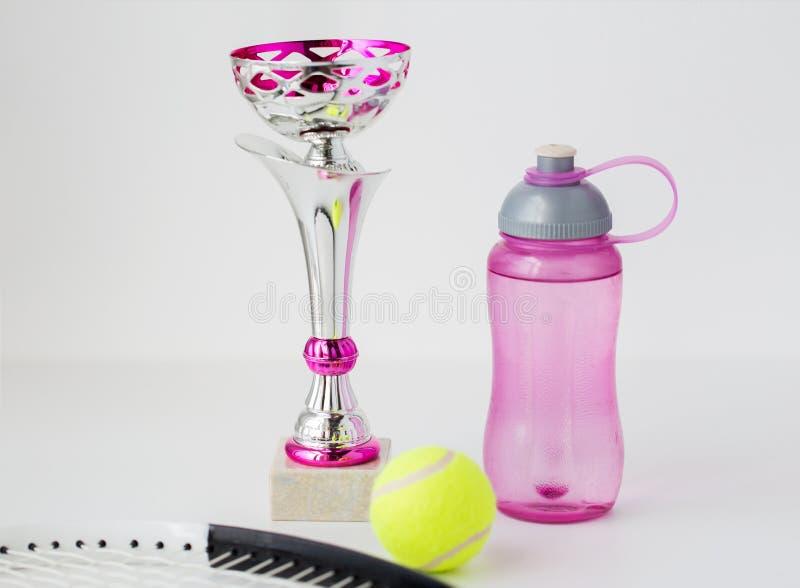 Feche acima da raquete de tênis, da bola, do copo e da garrafa imagens de stock royalty free