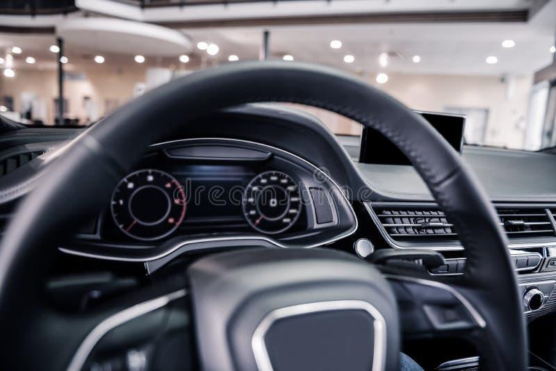 Feche acima da roda e do monitor da velocidade dentro do carro fotos de stock