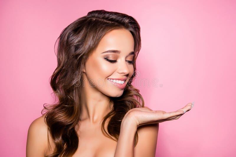 Feche acima da senhora encantador lindo com a cara ideal que apresenta o ne foto de stock royalty free