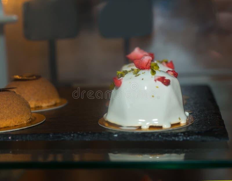 Feche acima da sobremesa apetitosa dos confeitos deliciosos no counte fotografia de stock royalty free