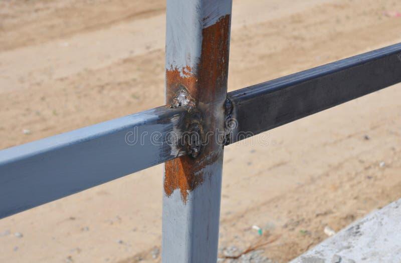 Feche acima da solda em uma barra de ferro de aço para uma cerca nova Frame imagens de stock royalty free