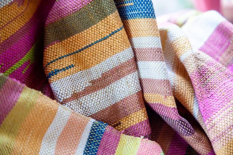 Feche acima da textura colorida do linho que produz pelo machi de tecelagem fotos de stock
