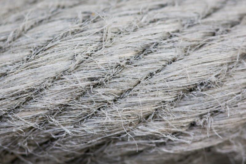 Feche acima da textura torcida cinzenta da corda foto de stock