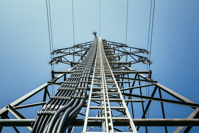 Feche acima da torre elétrica e do céu azul Energia renovável e grade esperta imagens de stock royalty free