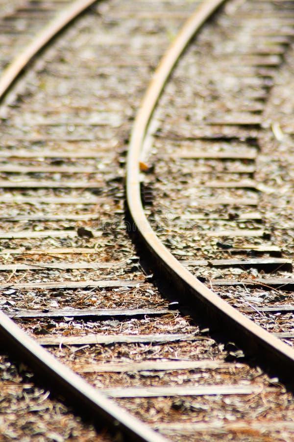 Feche acima da trilha de estrada de ferro de madeira das crianças com foco seletivo, fundo imagem de stock royalty free