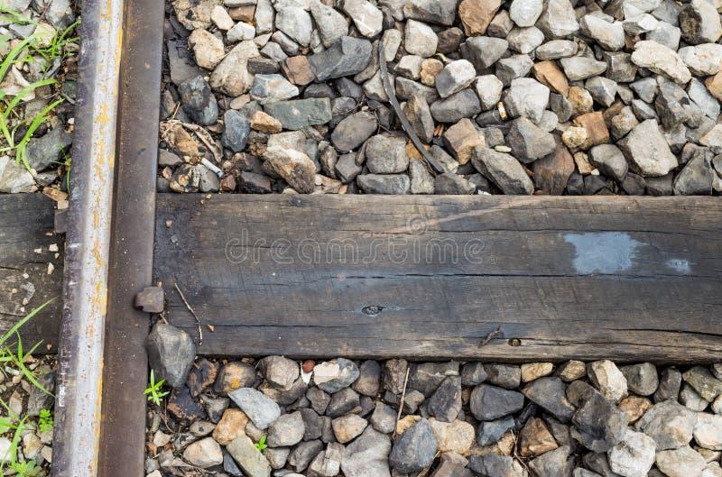 Feche acima da trilha do trem, do ponto, e do laço de estrada de ferro de madeira fotografia de stock royalty free