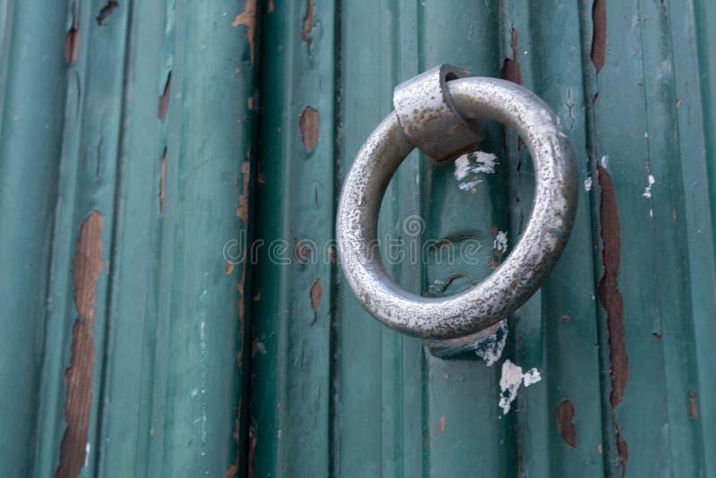 Feche acima da válvula dourada em uma porta de madeira pintada verde imagens de stock royalty free