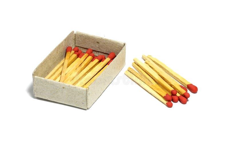Feche acima da vara vermelha do fósforo do grupo com a caixa isolada em um fundo branco fotografia de stock