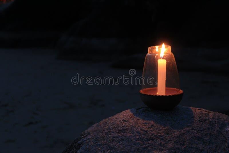 Feche acima da vela iluminada imagem de stock
