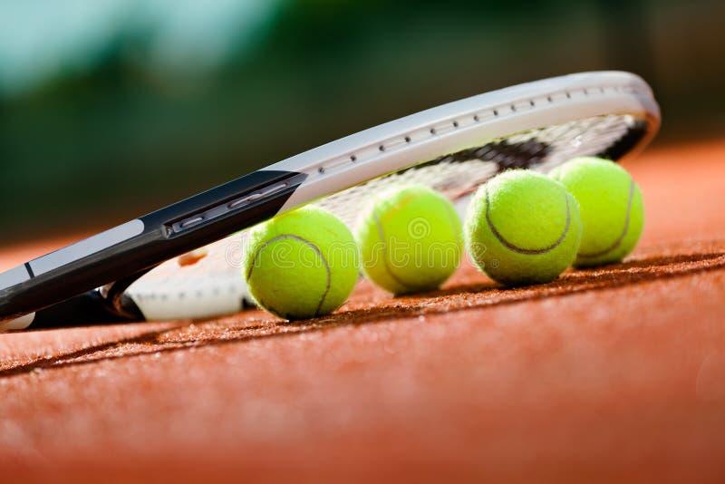 Feche acima da vista da raquete e das esferas de tênis fotos de stock