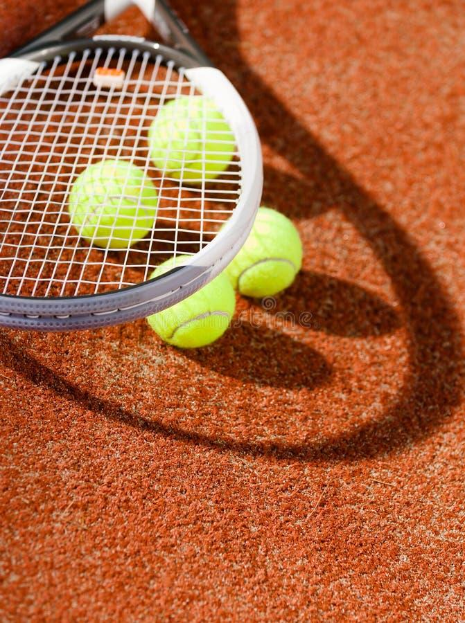 Feche acima da vista da raquete e das esferas de tênis foto de stock royalty free