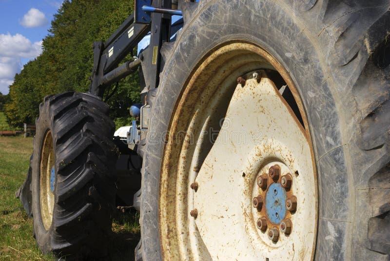 Feche acima da vista da roda azul do trator imagens de stock