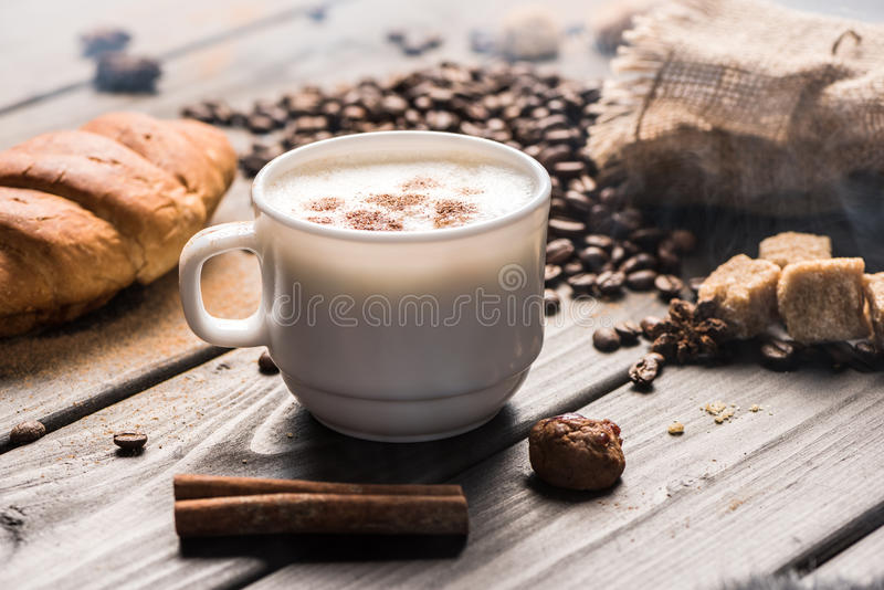 Feche acima da vista da xícara de café com varas e cookies de canela fotografia de stock