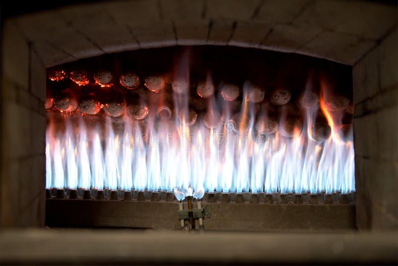 Feche acima da vista das chamas em um forno de padaria aberto fotografia de stock