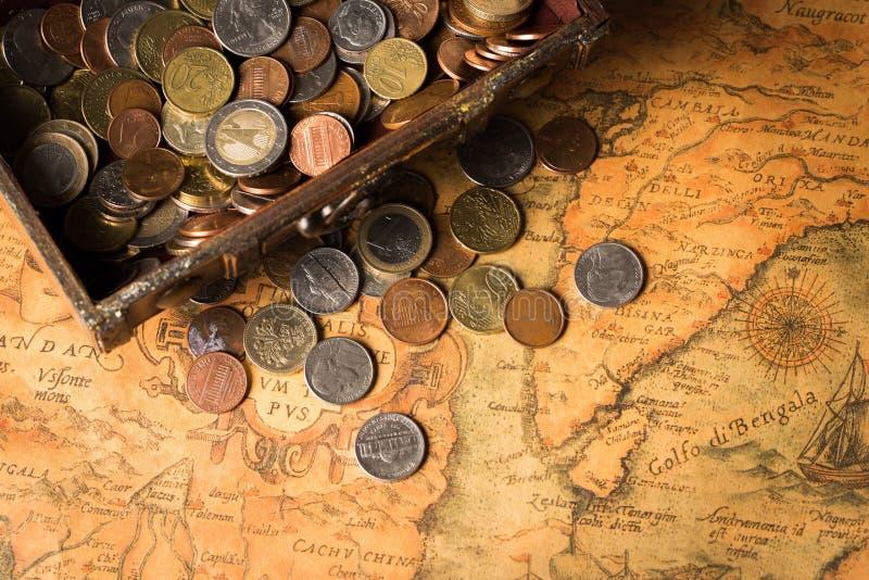 Feche acima da vista de moedas douradas no fundo do mapa foto de stock