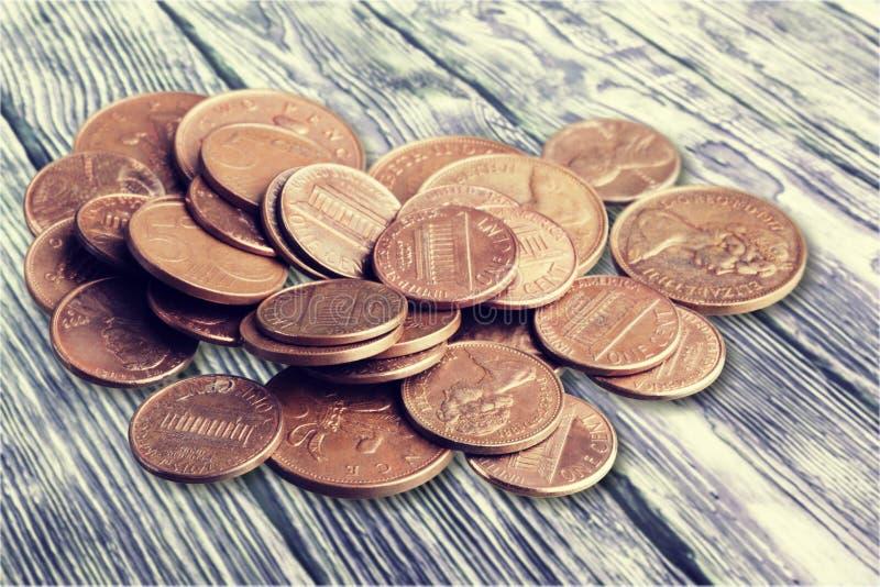 Feche acima da vista de moedas douradas no fundo de madeira imagens de stock