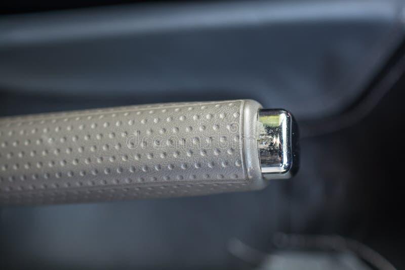 Feche acima da vista de uma alavanca do handbrake do carro imagem de stock royalty free