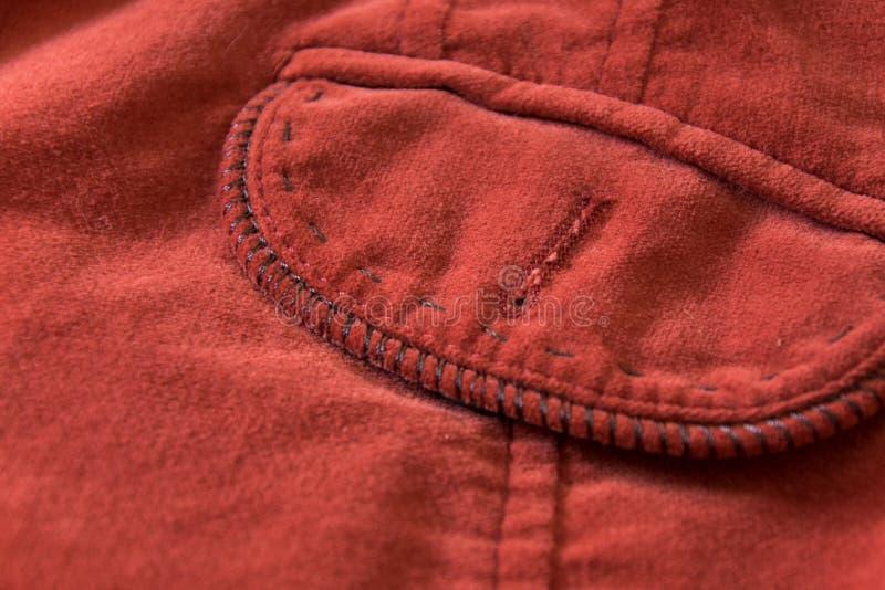 Feche acima da vista do bolso do revestimento vermelho de veludo imagem de stock