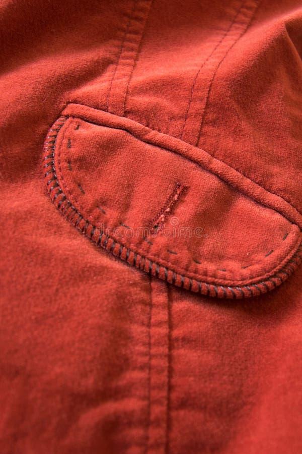 Feche acima da vista do bolso do revestimento vermelho de veludo imagens de stock
