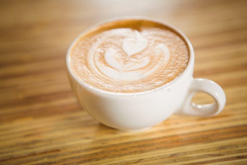 Feche acima da vista do cappuccino com arte do café foto de stock