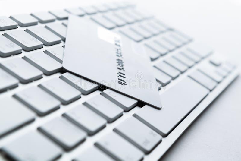 Feche acima da vista do cartão de crédito em um teclado imagens de stock royalty free