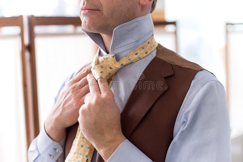 Feche acima da vista do laço tieing do homem fotografia de stock royalty free
