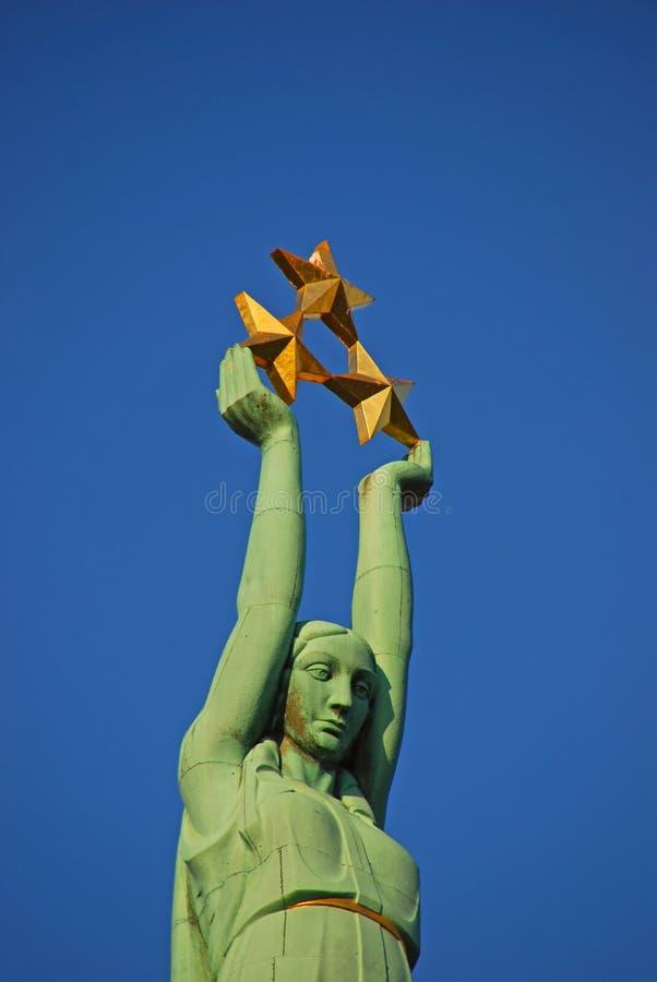 Feche acima da vista do monumento da liberdade em Riga Letónia imagem de stock royalty free