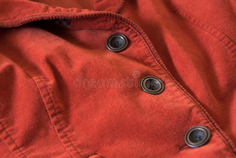 Feche acima da vista dos botões do revestimento vermelho de veludo imagens de stock royalty free