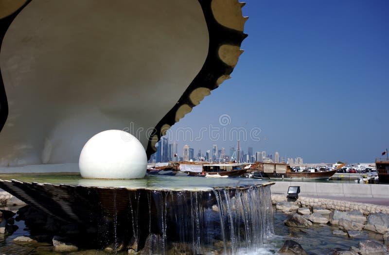 Feche acima da vista da fonte da ostra e da pérola em Doha imagem de stock