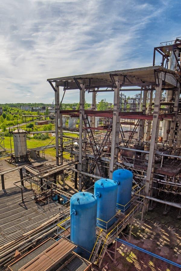 Feche acima da vista industrial na zona da indústria do formulário da planta de refinaria de petróleo com nascer do sol e o céu n foto de stock royalty free
