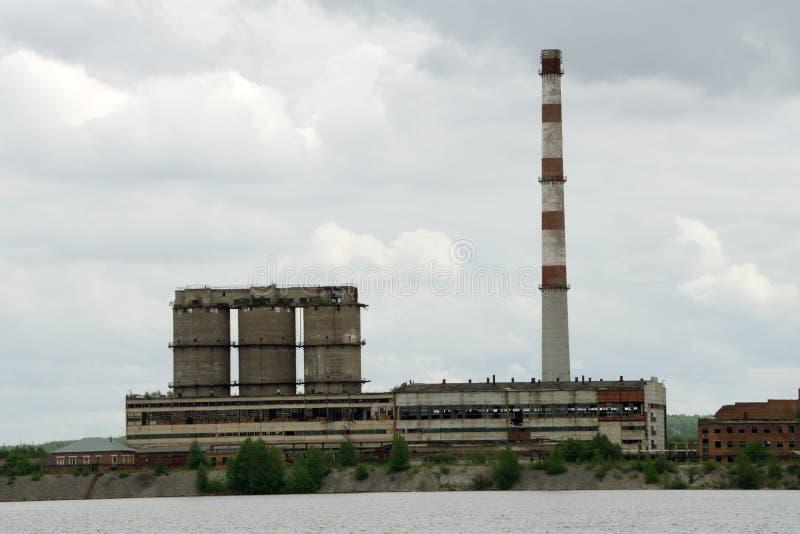 Feche acima da vista industrial na zona da indústria do formulário da planta de refinaria de petróleo com nascer do sol e o céu n imagem de stock