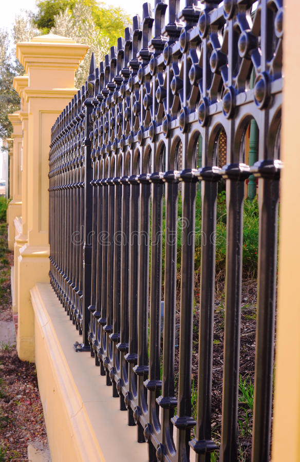Feche acima da vista lateral da cerca vitoriano bonita da parte dianteira do estilo da era fotos de stock