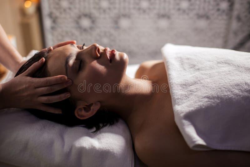 Feche acima da vista lateral disparada da cabeça clínica da massagem fotos de stock royalty free
