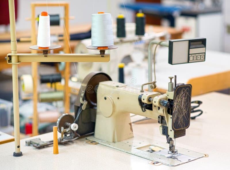 Feche acima da vista da máquina de costura do alfaiate fotografia de stock