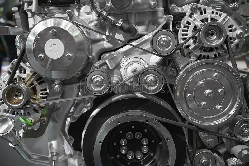 Feche acima da vista na correia nova do motor do motor diesel do caminhão, nas polias, nas engrenagens, no alternador e no outro  imagens de stock royalty free