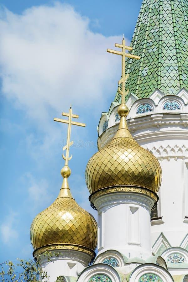 Feche acima das abóbadas douradas da igreja do russo em Sófia, Bulgária fotos de stock