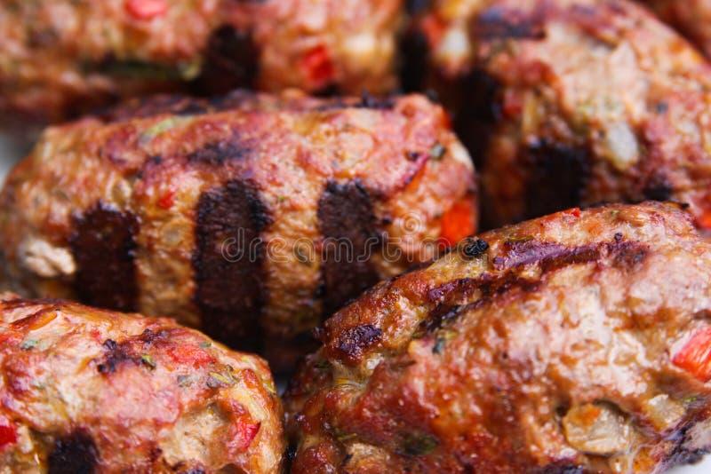 Feche acima das bolas grelhadas do cevapcici da carne foto de stock