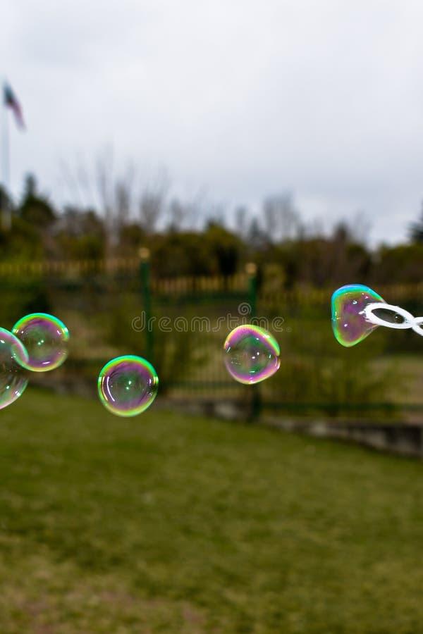 Feche acima das bolhas de sabão coloridas imagem de stock