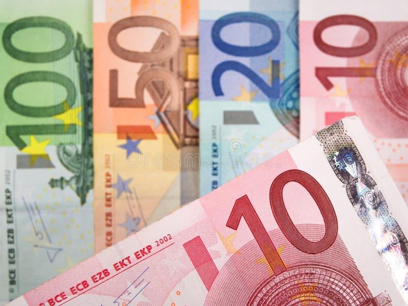 Feche acima das cédulas do Euro com 10 Euros no foco foto de stock