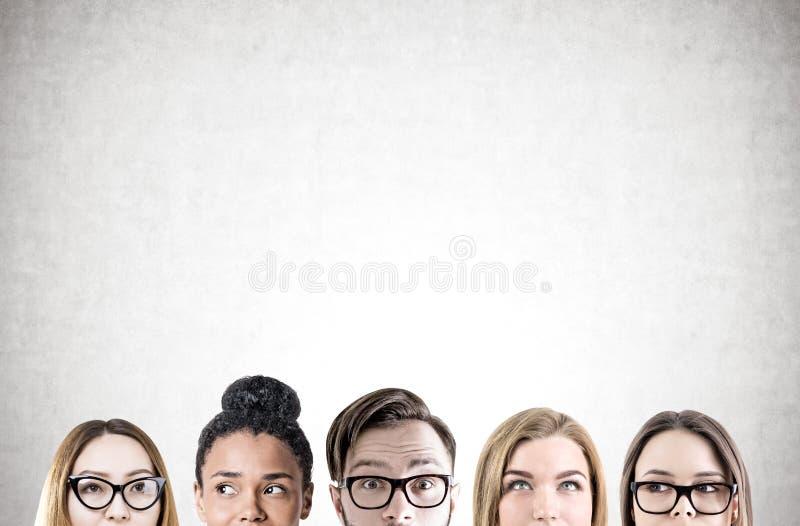Feche acima das cabeças dos jovens s, concreto imagem de stock