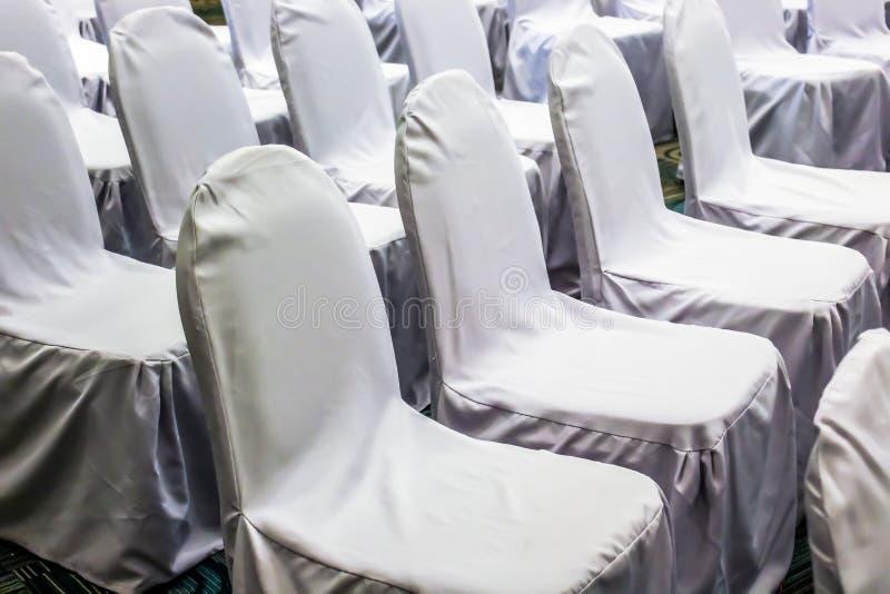 Feche acima das cadeiras brancas estabelecidas alinham para o seminário fotos de stock royalty free