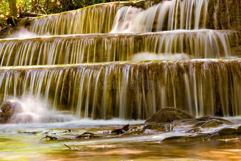 Feche acima das camadas do múltiplo da cachoeira do córrego foto de stock