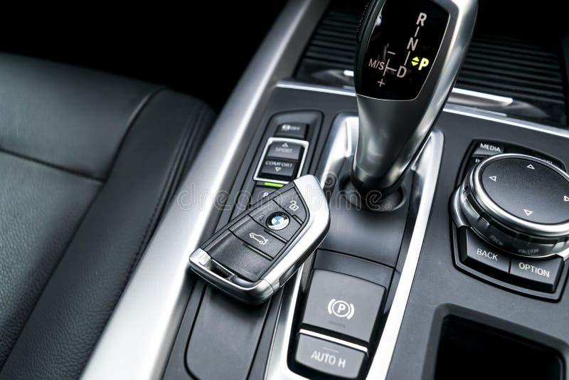 Feche acima das chaves sem fio de BMW X5 F15 2017 no interior de couro preto do carro detalhes modernos do interior do carro imagem de stock