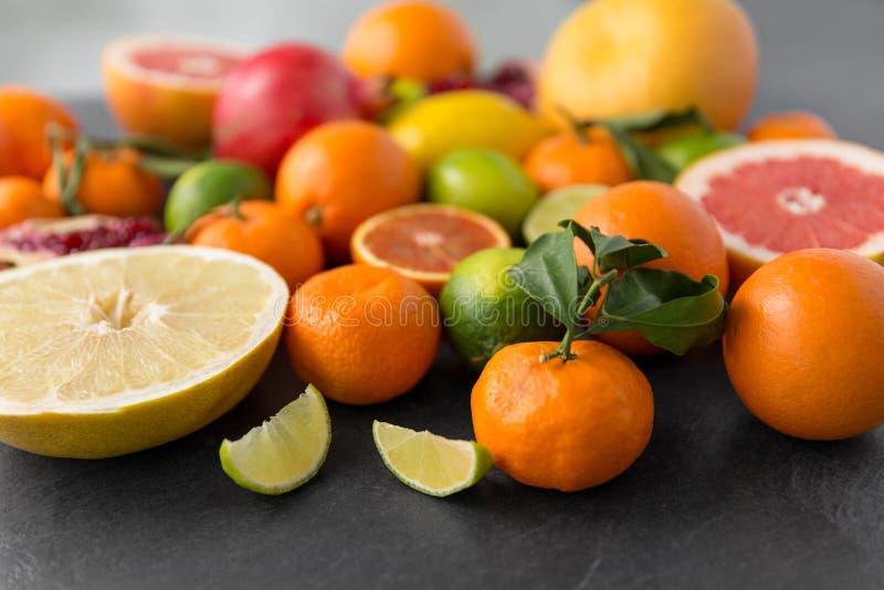 Feche acima das citrinas na tabela de pedra fotografia de stock