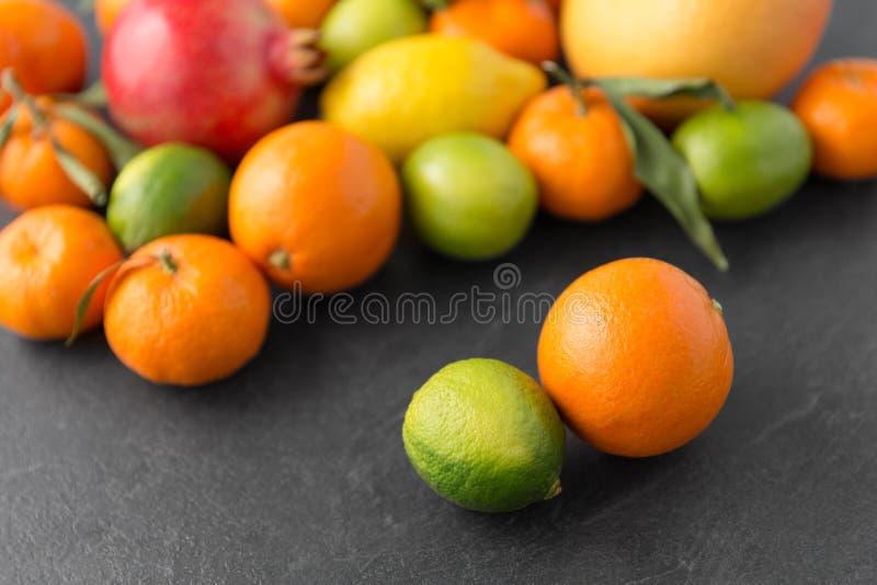 Feche acima das citrinas na tabela de pedra fotos de stock