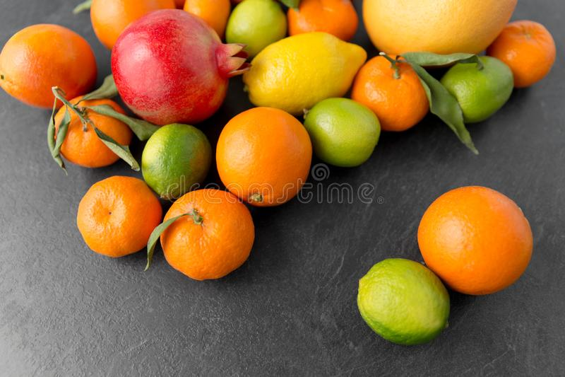 Feche acima das citrinas na tabela de pedra imagem de stock royalty free
